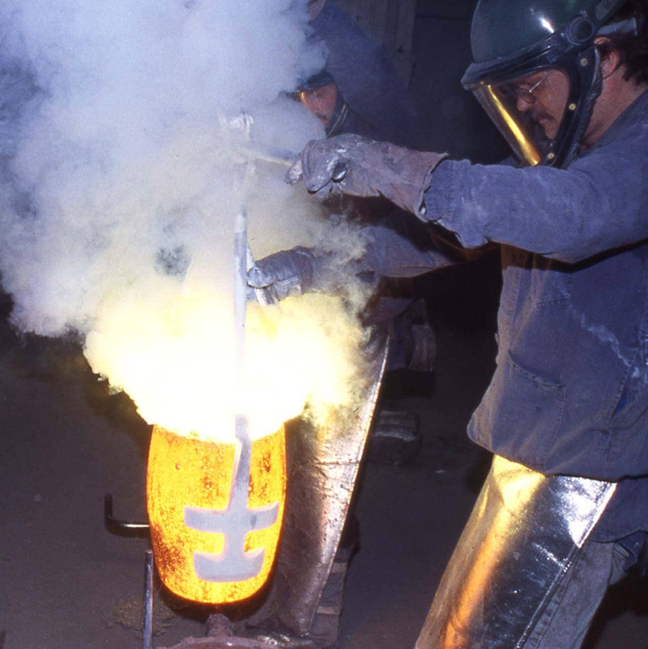 Foundry-Art-pouring-molten-bronze